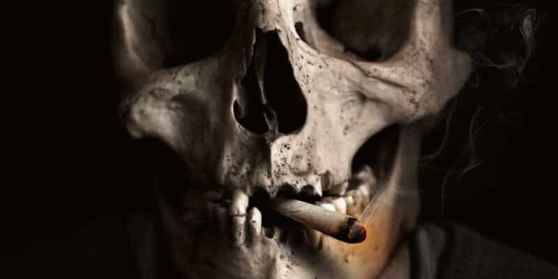 Calavera fumando